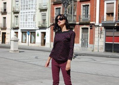 camisa-zergatik-erlot-erro--pantalon-lois-berenjena