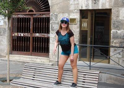 camiseta-eneko-negra,-pantalon-krane-turquesa