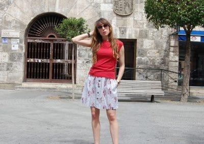 camiseta-skfk-hamaika-roja,-falda-mirari