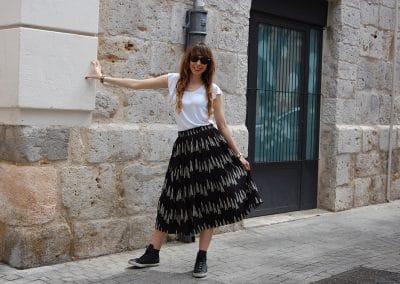 falda-anonyme-elena,-camiseta-eutsi-blanca