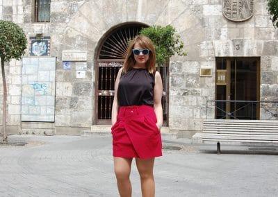 falda-skfk-eultza-roja,-camisa-anonyme-georgina-negra